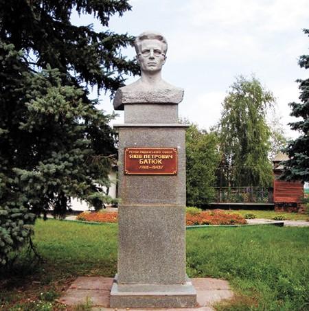 Пам'ятник Я.П. Батюку в м. Ніжині. Скульптор Г.П. Гутман